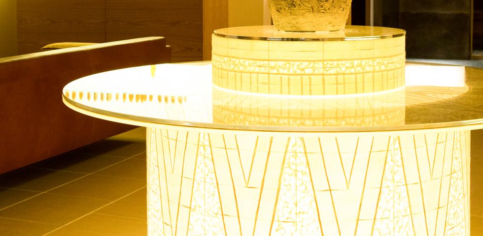 ラウンジでは光テーブルがお出迎え